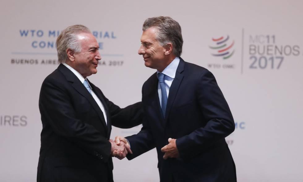 Michel Temer e Mauricio Macri se cumprimentam na conferência da OMC, no domingo.