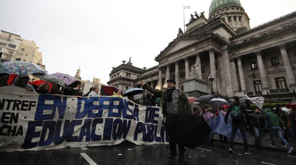 Professores universitários reivindicam aumento salarial diante do Congresso, em Buenos Aires, na sexta-feira.