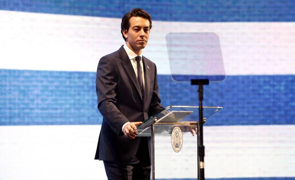 Juan Sartori fala em um teatro em Montevidéu durante o lançamento de sua pré-candidatura à presidência do Uruguai pelo Partido Nacional, da oposição.