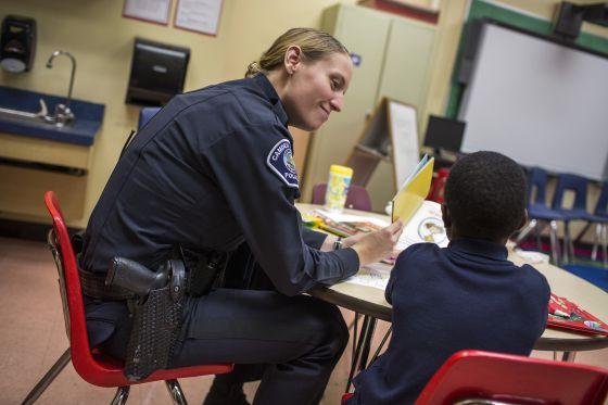 Policial no programa de leitura em Camden.