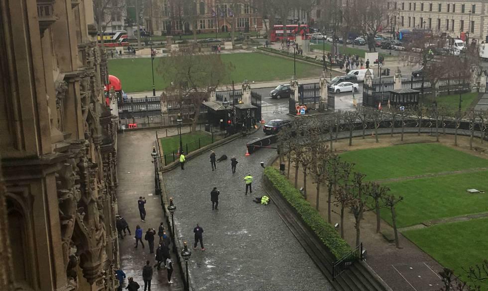 Momento em que a polícia abate o terrorista de Londres (centro). À direita, o policial assassinado