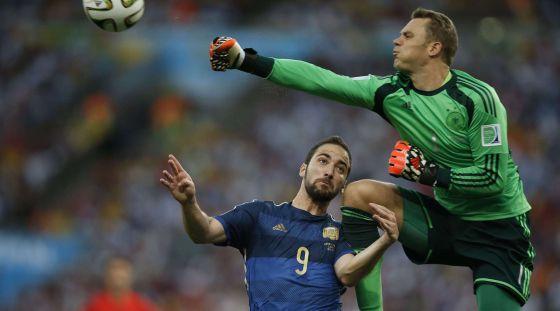 Neuer atinge Higuaín em uma defesa.