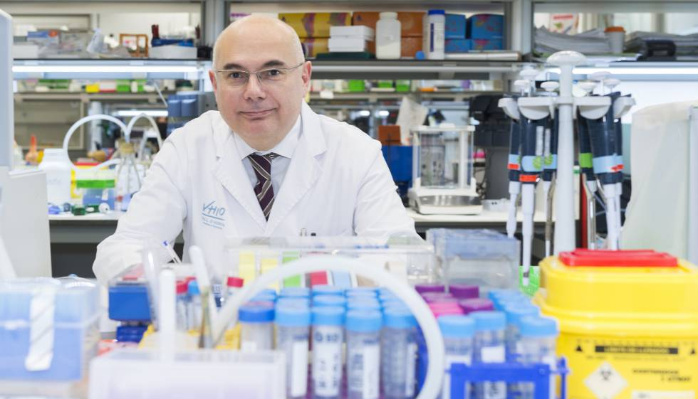O doutor Tabernero em um dos laboratórios do Vall d'Hebron Instituto de Oncologia (VHIO).