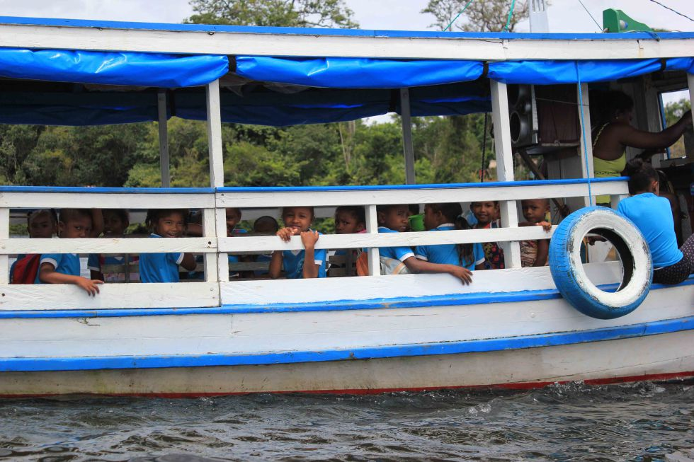 O transporte escolar das comunidades é o barco. A prefeitura de Oriximiná doa 300 litros por mês para que as crianças sejam levadas à escola, que atende somente o Ensino Fundamental. Os pais quilombolas se revezam para levar e buscar os alunos.
