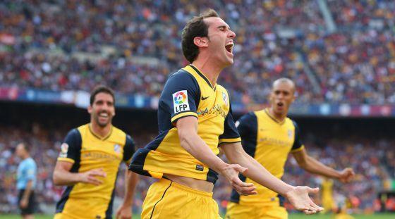 Godín celebra o seu gol ante Raúl García e Miranda.