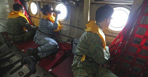Militares de Cingapura durante a busca do voo de Malaysia Airlines MH370.