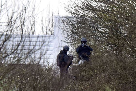 """Polícia cerca a área industrial, onde se encontram os suspeitos do ataque ao """"Charlie Hebdo""""."""