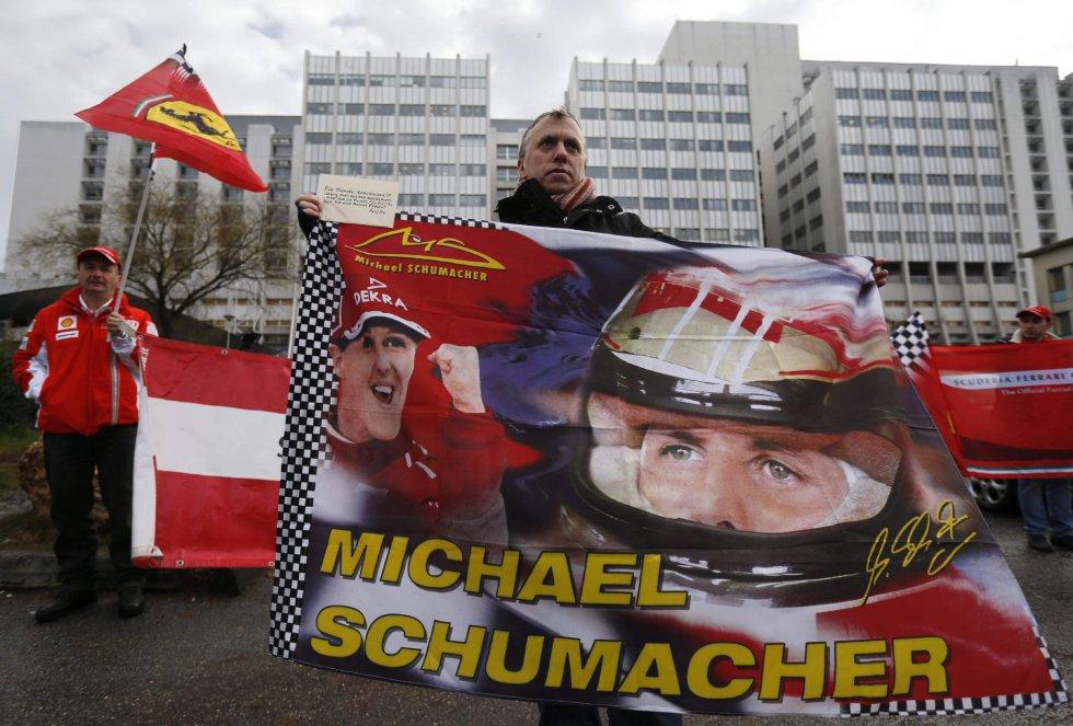 Fãs do ex-piloto alemão Michael Schumacher se reúnem em frente ao hospital francês de Grenoble.