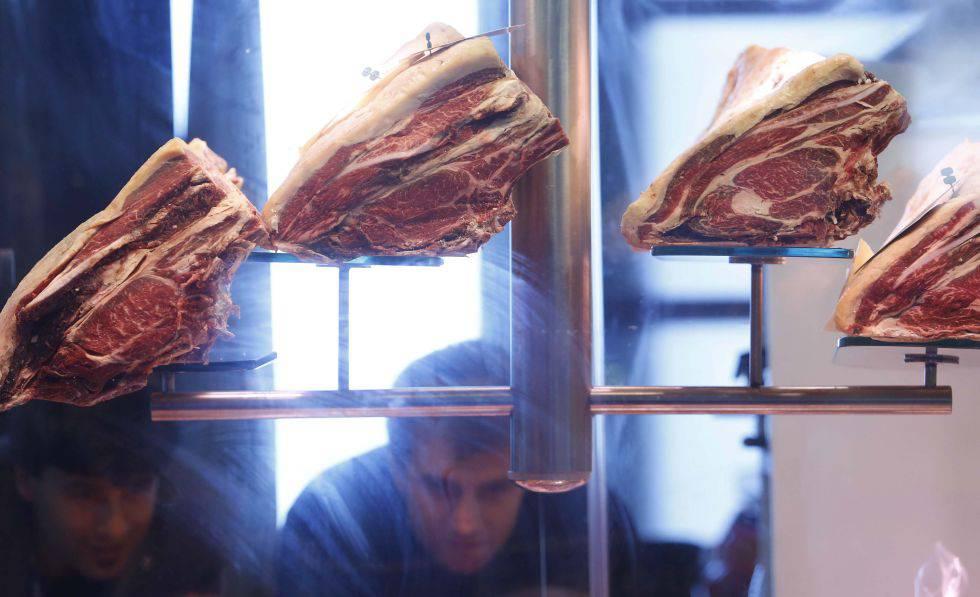 Peças de carne expostas em feira de gastronomia.
