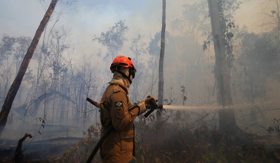 Bombeiro apaga fogo no Mato Grosso, na última quarta-feira.