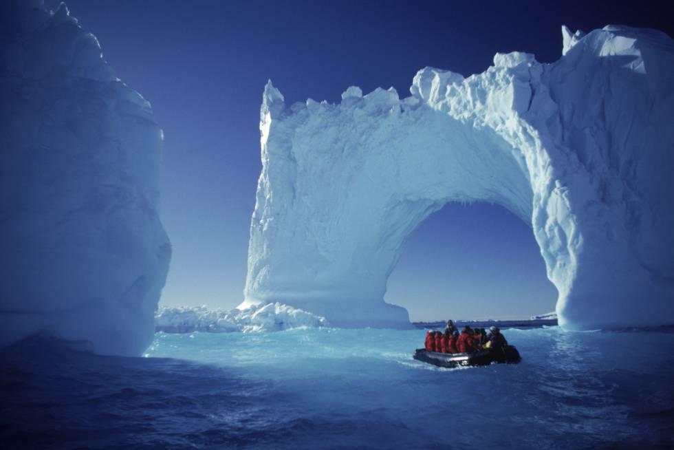 """Nos confins meridionais do planeta, o verão austral nos presenteia com dias intermináveis e temperados. Além de """"agradáveis"""" temperaturas de até zero grau centígrado, você pode curtir a paisagem contemplando grandes colônias de pinguins, filhotes de foca e baleias. E embora a travessia pela passagem de Drake – entre a Terra do Fogo e a Península Antártica – seja sempre incerta (movimentada ou sossegada demais), é possível navegar entre icebergs e esculturas de gelo (na foto, as ilhas Yalour). A Antártida é uma das viagens que o Lonely Planet propõe no livro 'Onde e Quando', que reúne 360 destinos, de janeiro a dezembro, de acordo com o mês mais propício para visitá-los."""