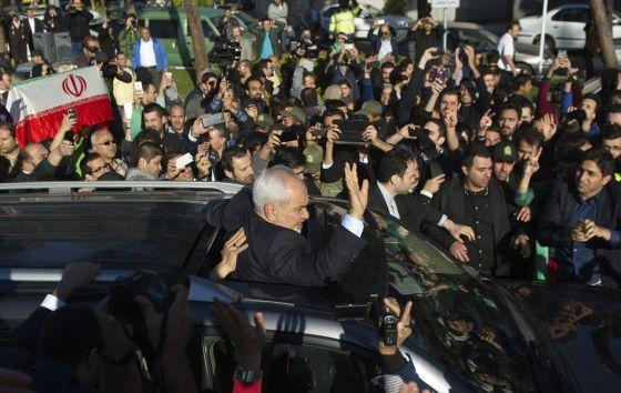 O chanceler do Irã, Mohammad Javad Zarif, é aclamado no retorno a Teerã.