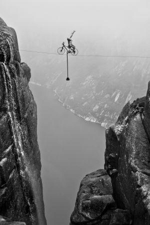 Eskil Ronningsbakken pedala sobre o abismo.