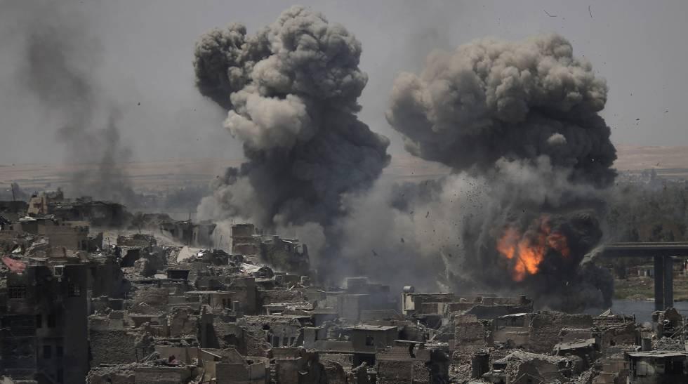 Bombardeios contra os últimos combatentes do EI em Mossul, na terça-feira.