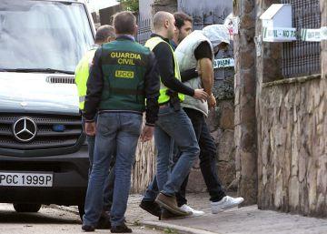 Patrick Nogueira retorna à cena do crime para reconstruir seu quádruplo assassinato de uma família brasileira na Espanha