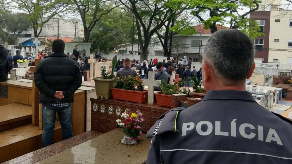 Centenas de pessoas, entre familiares, amigos, vizinhos, curiosos e policiais acompanharam o enterro