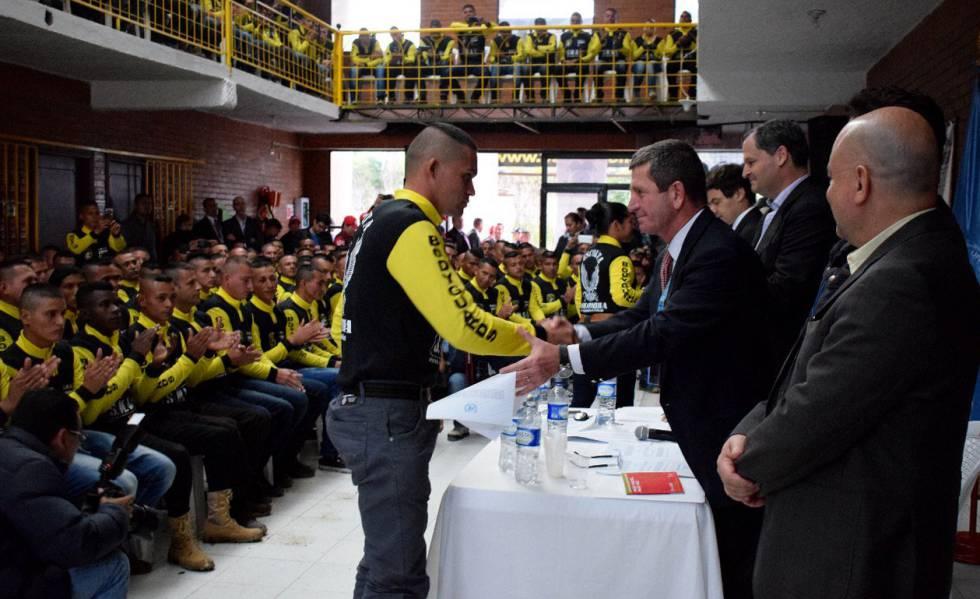Ato de entrega dos certificados de abandono de armas a ex-guerrilheiros das FARC.