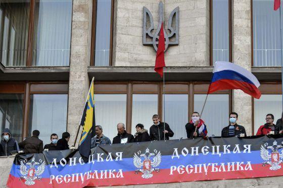 Ativistas pró-Rússia no prédio governamental em Donetsk.