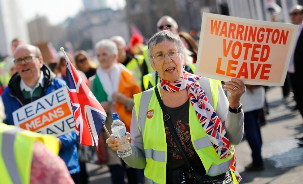 Manifestantes partidários do 'Brexit' nesta sexta-feira em Londres.