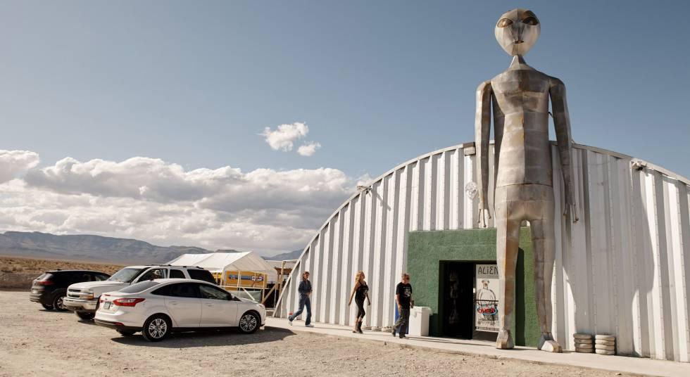 Visitantes na entra do Centro de Investigação de Alienígenas de Hiko (Nevada).