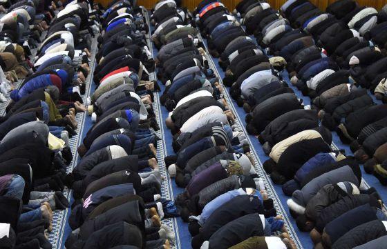 Muçulmanos rezam em uma mesquita.