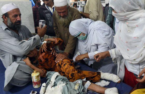 Criança paquistanesa ferida no terremoto.