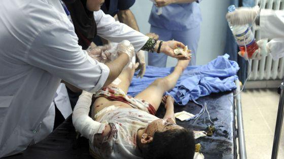 Um médico atende a um dos feridos no ataque de Damasco.