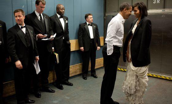 Barack e Michelle Obama, rodeados de agentes do serviço secreto, em um descanso do baile celebrado depois de vencer as eleições.