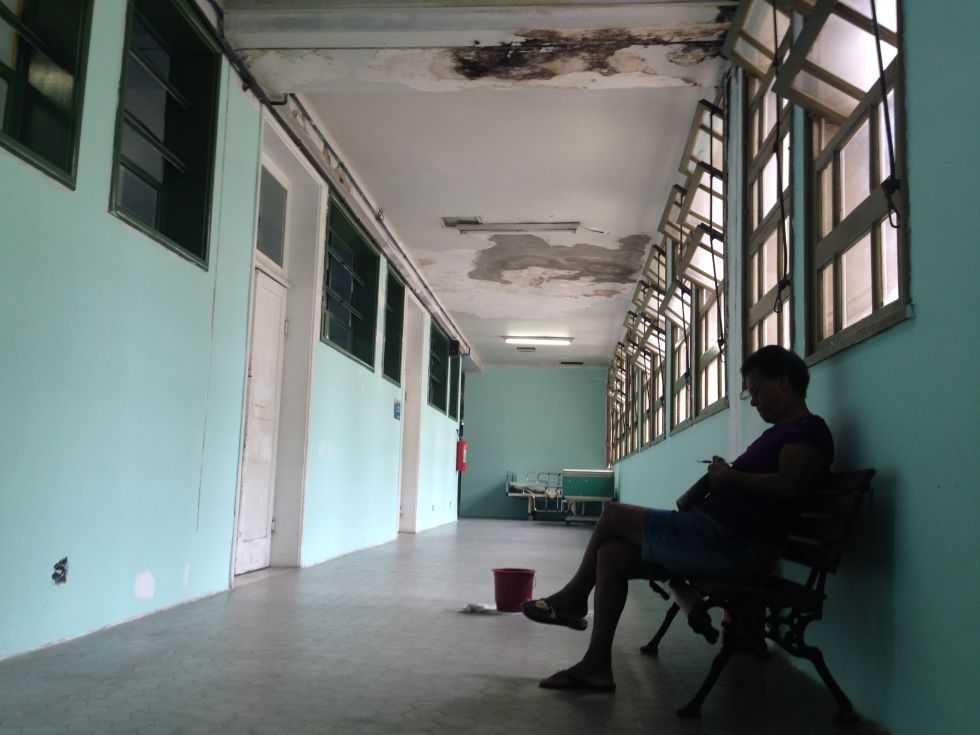 Corredor do Hospital Universitário Pedro Ernesto, no Rio.