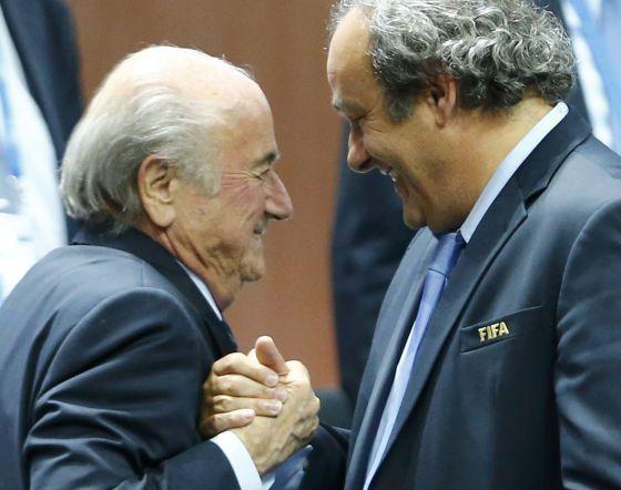 Joseph Blatter, presidente da FIFA, cumprimenta o vice-presidente Michel Platini.