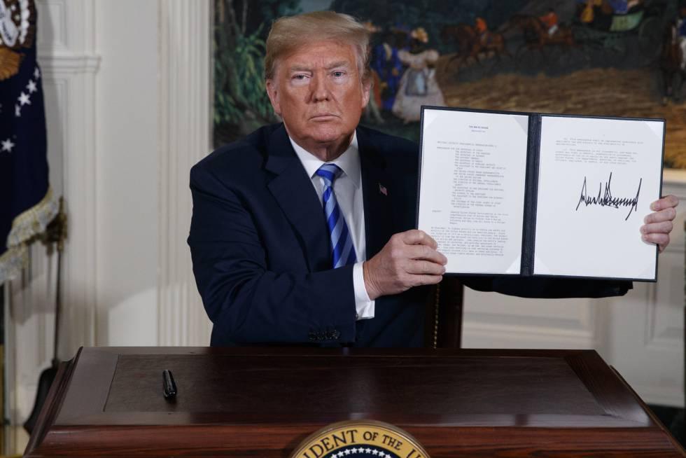 Donald Trump mostra o decreto assinado por ele em que os EUA abandonam o pacto com o Irã, nesta terça-feira.