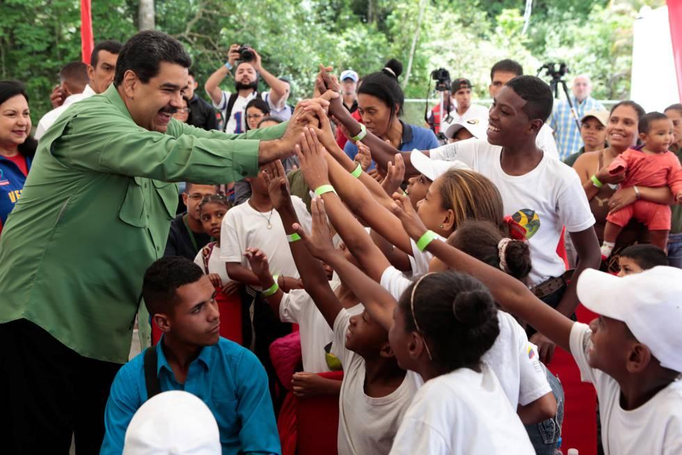 Nicolás Maduro cumprimenta crianças neste domingo.