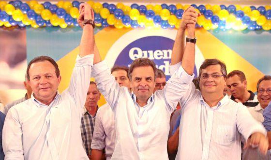 Aécio (centro) durante visita ao estado do Maranhão, na semana passada.