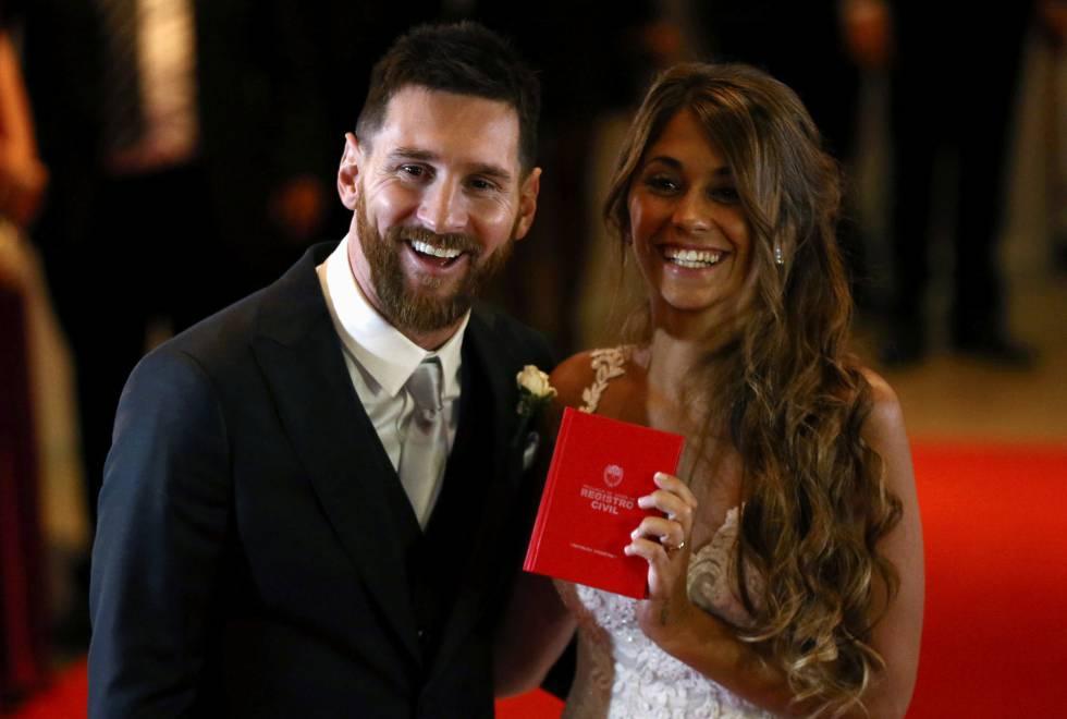 O feliz casal mostra o documento do registro do casamento.