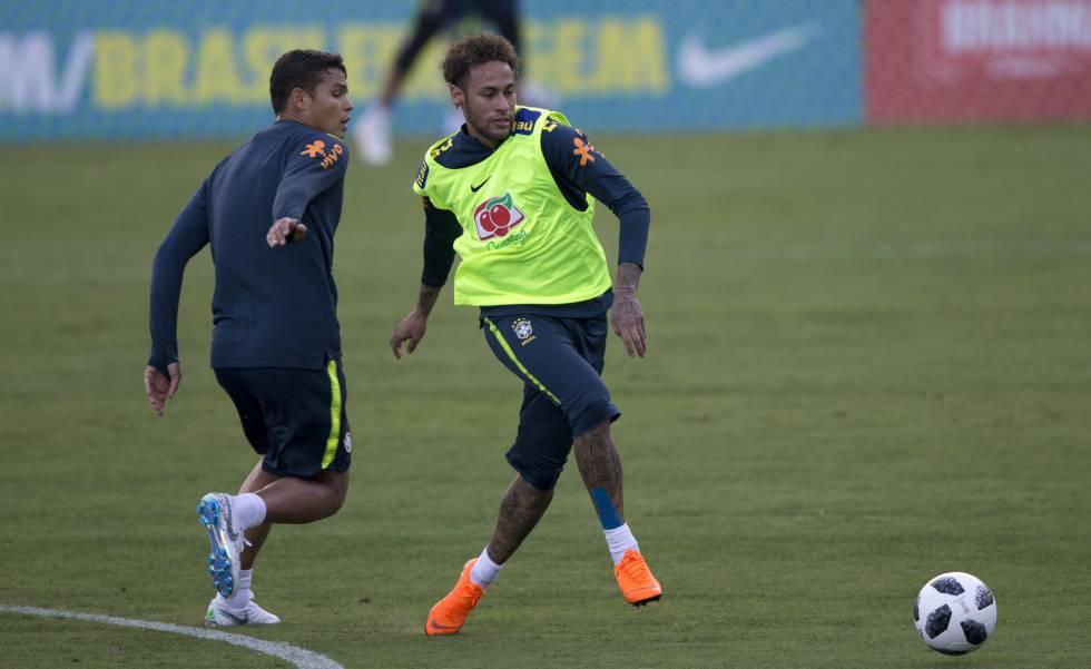 Neymar treina com Tiago Silva na Granja Comary.