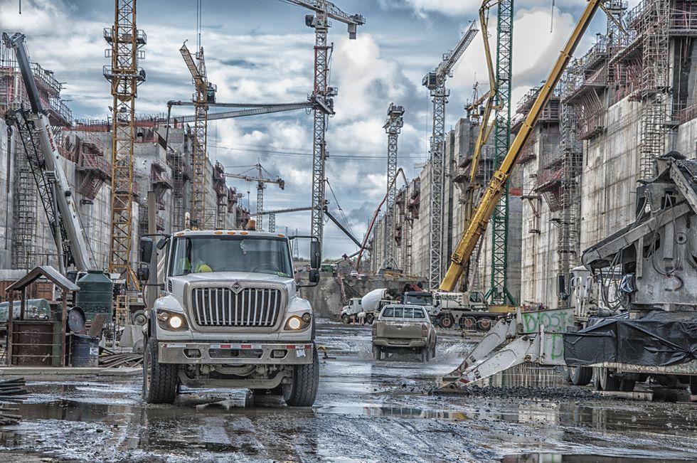 A ampliação do Canal do Panamá vem da necessidade de abrir caminho aos post-panamax, os maiores barcos atualmente. Para a construção se utilizam os terrenos adjacentes ao velho Canal.