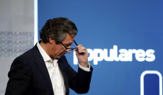O porta-voz do PP, Carlos Floriano, após pronunciamento para avaliar os resultados eleitorais, na noite de domingo.