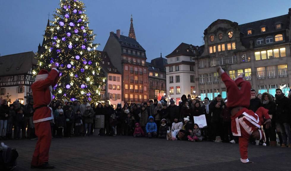 Dois artistas de rua vestidos de Papai Noel em Estrasburgo (França).