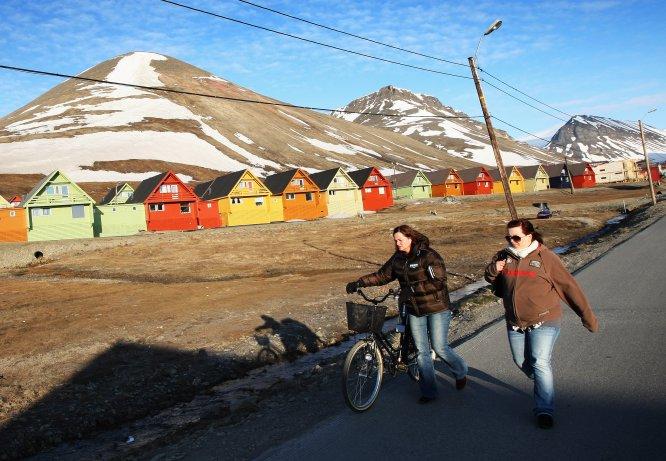 """Longyearbyen é uma cidade da ilha de Spitsbergen e capital do arquipélago de Svalbard, de soberania norueguesa. É o lugar habitado (2.000 habitantes) mais setentrional do planeta. Ou seja, a região que está situada mais ao norte do mundo. Sua superfície é de 242 quilômetros quadrados. As ruas de Longyearbyen abrigam pubs, igrejas, escolas, hotéis, restaurantes, um hospital, concessionárias de carros e até a redação de um jornal. No entanto, não há nem rastro de cemitérios desde 1950. O motivo? Ninguém morre nesta cidade. Então, seus habitantes são imortais? Não, mas em Longyearbyen não é bom ser velho e morrer é diretamente proibido. Este veto remonta a princípios do século XX, quando cientistas descobriram que em Longyearbyen os cadáveres se conservavam em perfeito estado por causa da enorme camada de gelo que cobria e envolvia os caixões. Esta singular característica terminou se tornando um problema. """"Surgiu uma febre que levou muitas pessoas a se instalarem nas ilhas para morrer com a esperança de serem descongeladas e ressuscitadas algum dia, no momento em que a ciência desse com a tecla da imortalidade"""", explica ao EL PAÍS o escritor Javier Reverte, que visitou a zona para seu recente livro, 'Confins' (Plaza&Janes). Para evitar a tentação, a localidade se transformou em território hostil para aqueles que estão em seus últimos anos de vida (a maior parte dos 2.000 habitantes se situa entre os 25 e os 44 anos). Não há residências para idosos nem unidades de cuidados paliativos. Não se permite a construção de rampas, de modo que os mais velhos e inválidos não possam se instalar ali. As pessoas que estão muito idosas ou doentes têm de ser transferidas para a península para ali serem tratadas ou morrer"""", afirma o escritor. E se alguém morre de improviso? """"Seu cadáver é exportado em avião para fora das ilhas"""", diz Reverte."""