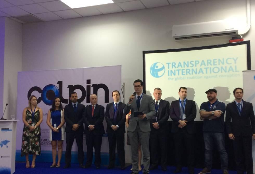 Procuradores da Lava Jato recebem prêmio.