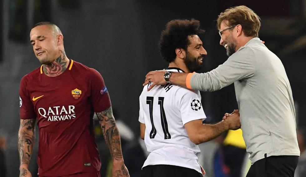 Klopp comemora classificação com Salah enquanto Nainggolan, autor de dois gols, lamenta.