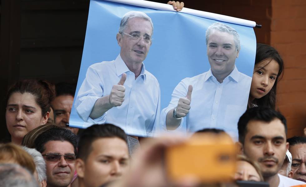 Cartaz de Álvaro Uribe e Iván Duque em um comício na localidade de Armenia (Colômbia), em junho de 2018.