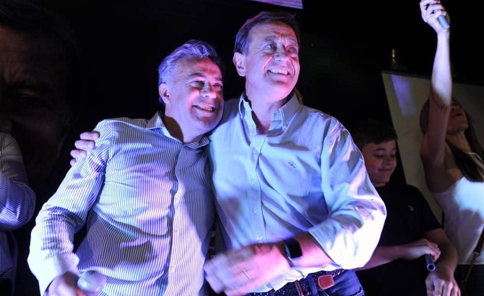 O governador eleito de Mendoza, Rodolfo Suárez (à direita), comemora vitória ao lado de seu mentor político, o atual governador Alfredo Corniso.