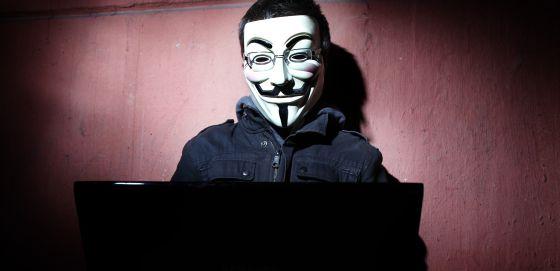 Um 'hacktivista' com a máscara do Anonymous.