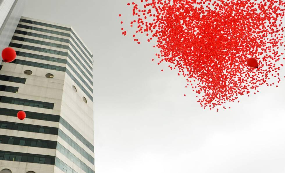 Ação do Instituto de Infectologia Emílio Ribas solta 10 mil balões vermelhos em São Paulo para celebrar luta contra a Aids.