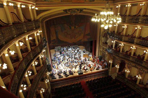 Uma orquestra ensaia no teatro Amazonas em Manaus.