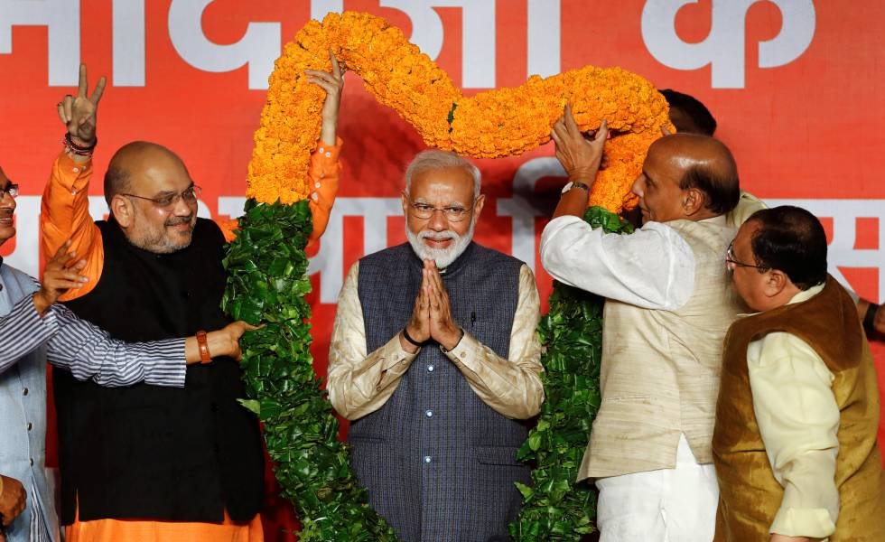 O primeiro-ministro indiano, Narendra Modi (no centro), comemora sua vitória nas eleições gerais