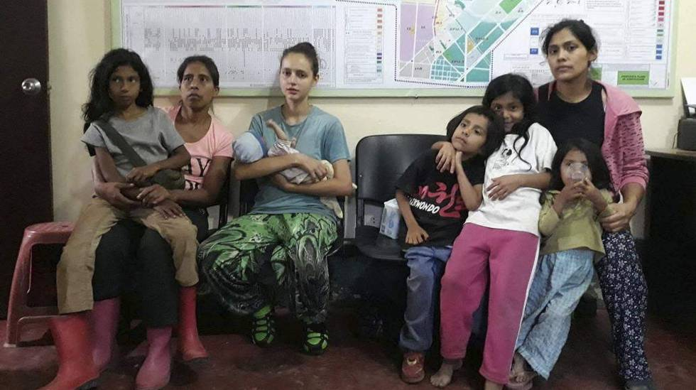 Patricia Aguilar (centro) no dia de seu resgate em uma selva peruana, no dia 5 de julho.