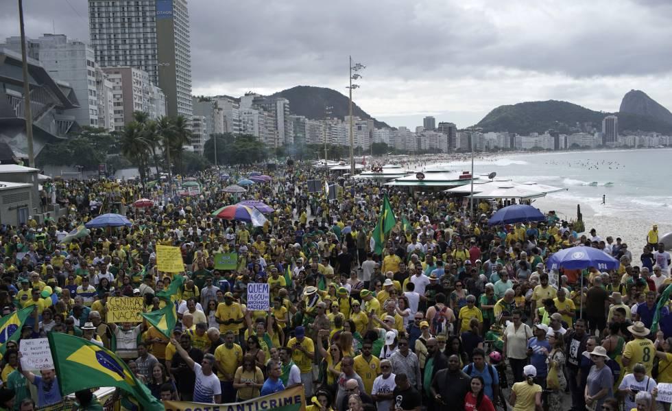 Apoiadores de Bolsonaro durante ato neste domingo na praia de Copacabana, no Rio de Janeiro