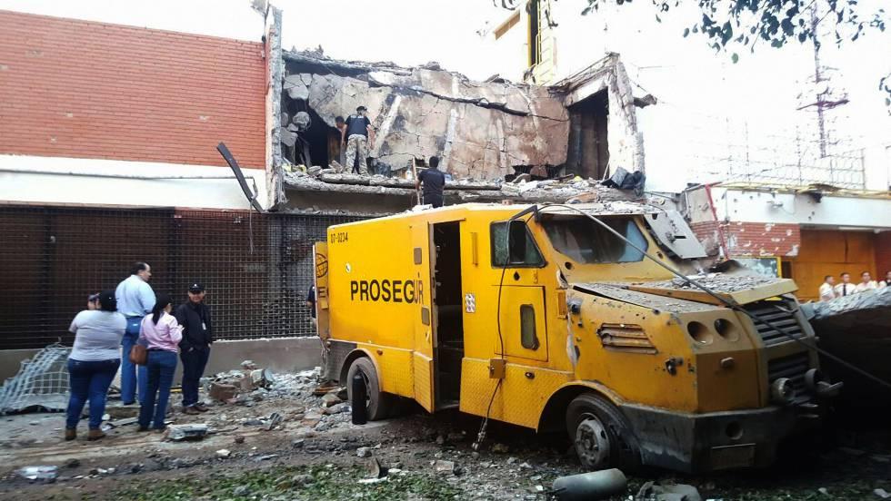 Restos de um blindado na frente do edifício demolido da sede da Prosegur em Ciudad del Este